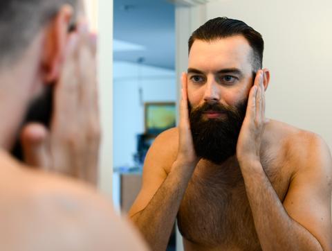 Втриване на масло за брада